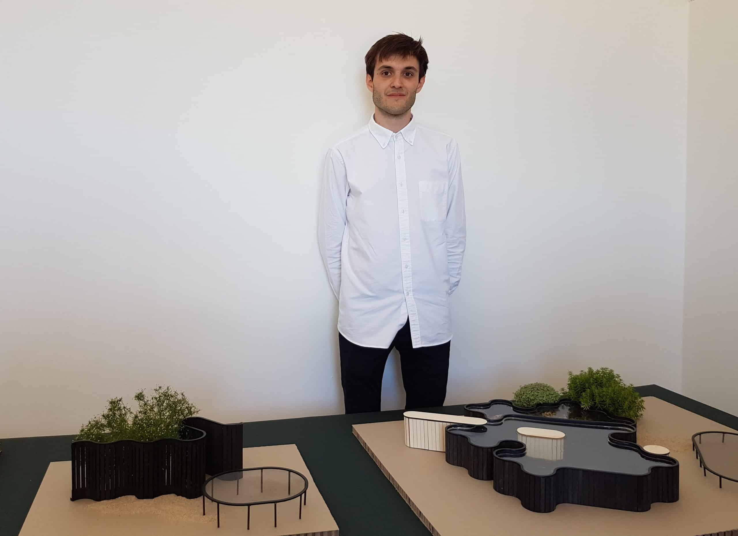 """Florent Jullien devant les maquettes de """"Paysages et répétitions"""", son projet d'aménagement."""