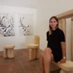 "Lisa Ertel et ses assises en bois sablé ""Dune""."