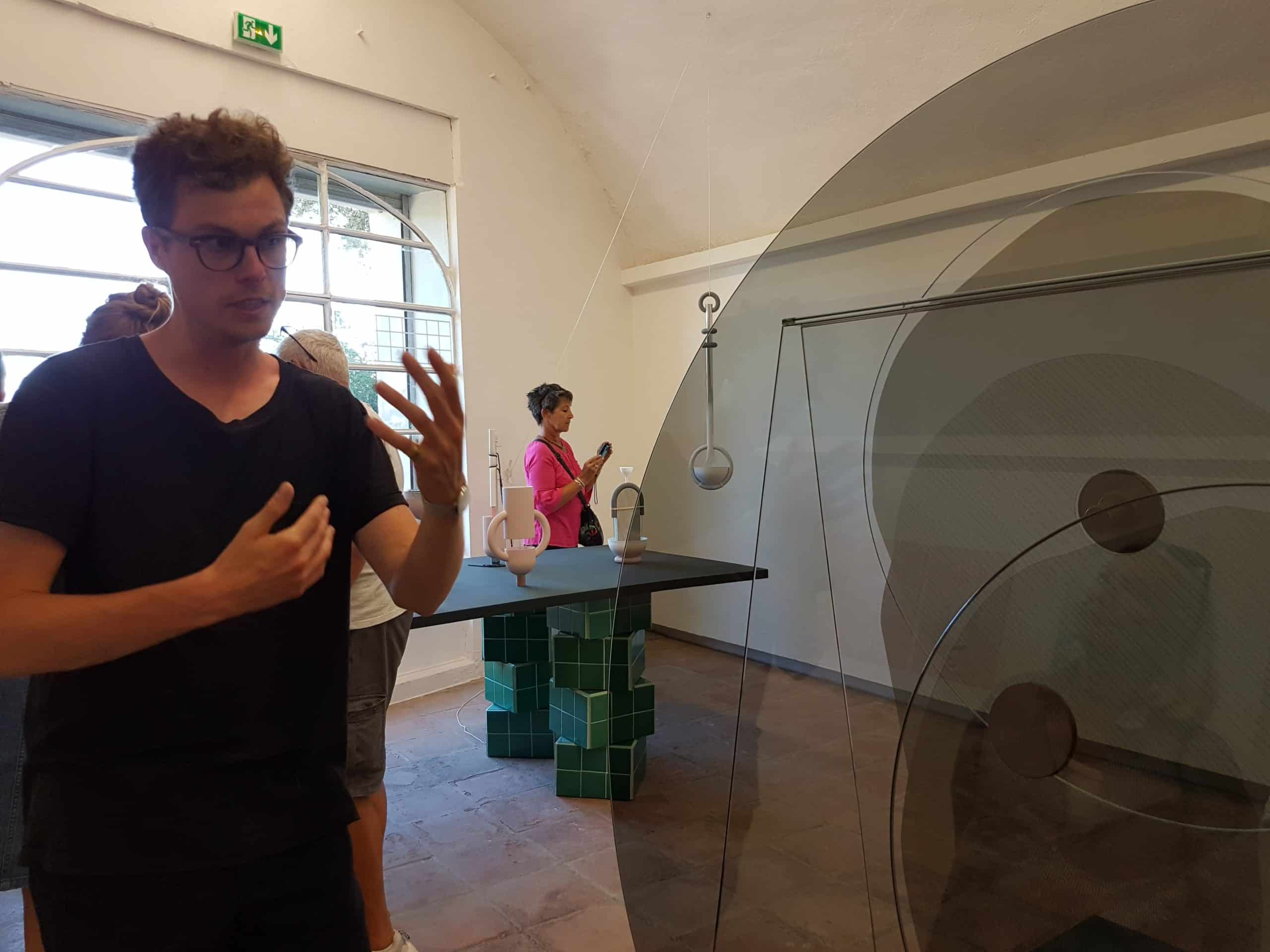 Oskar Peet devant Perspective : objet mouvant en verre.