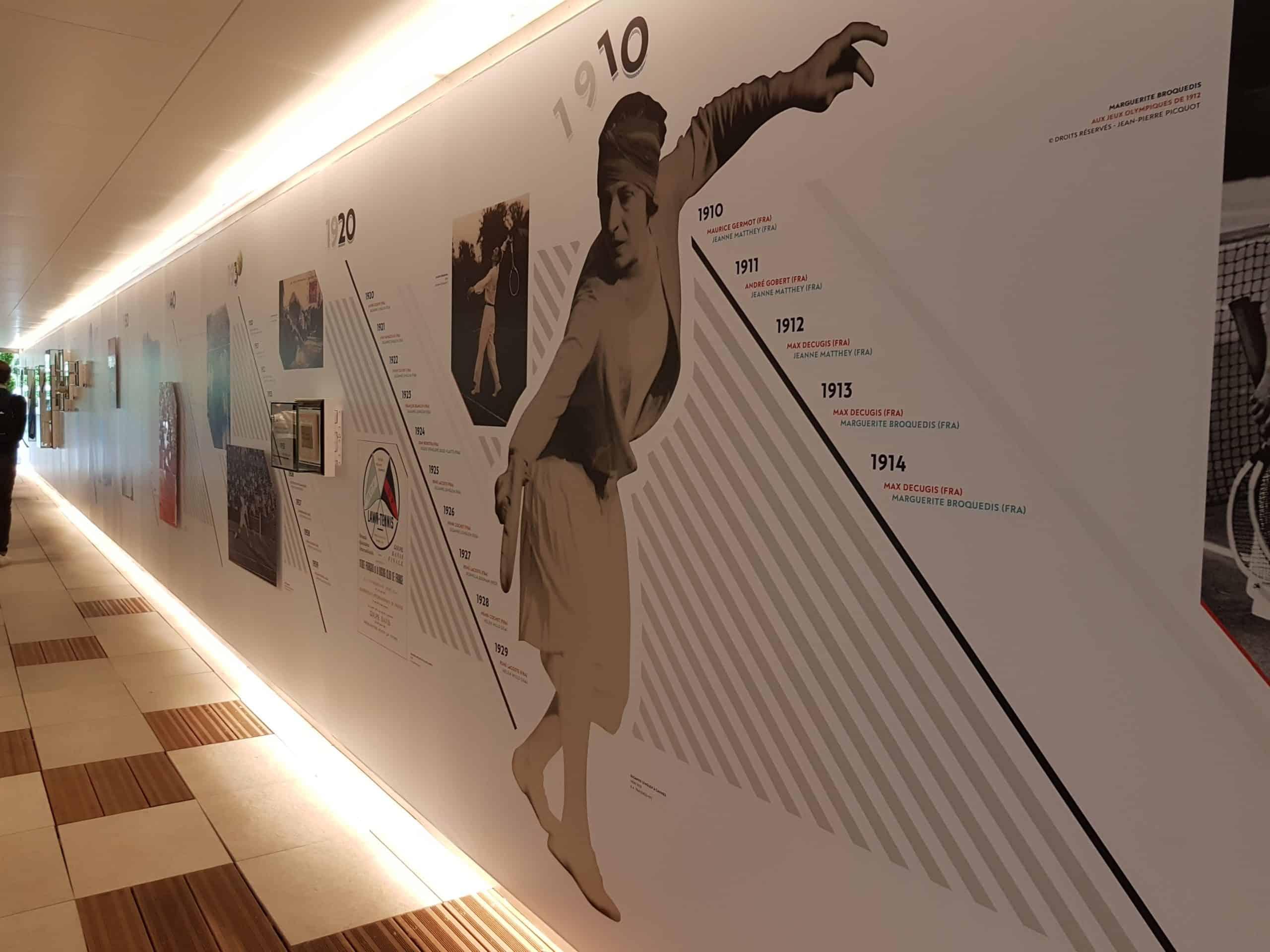 Un fresque rappelle les grandes années du tournois et célèbre ses champions.