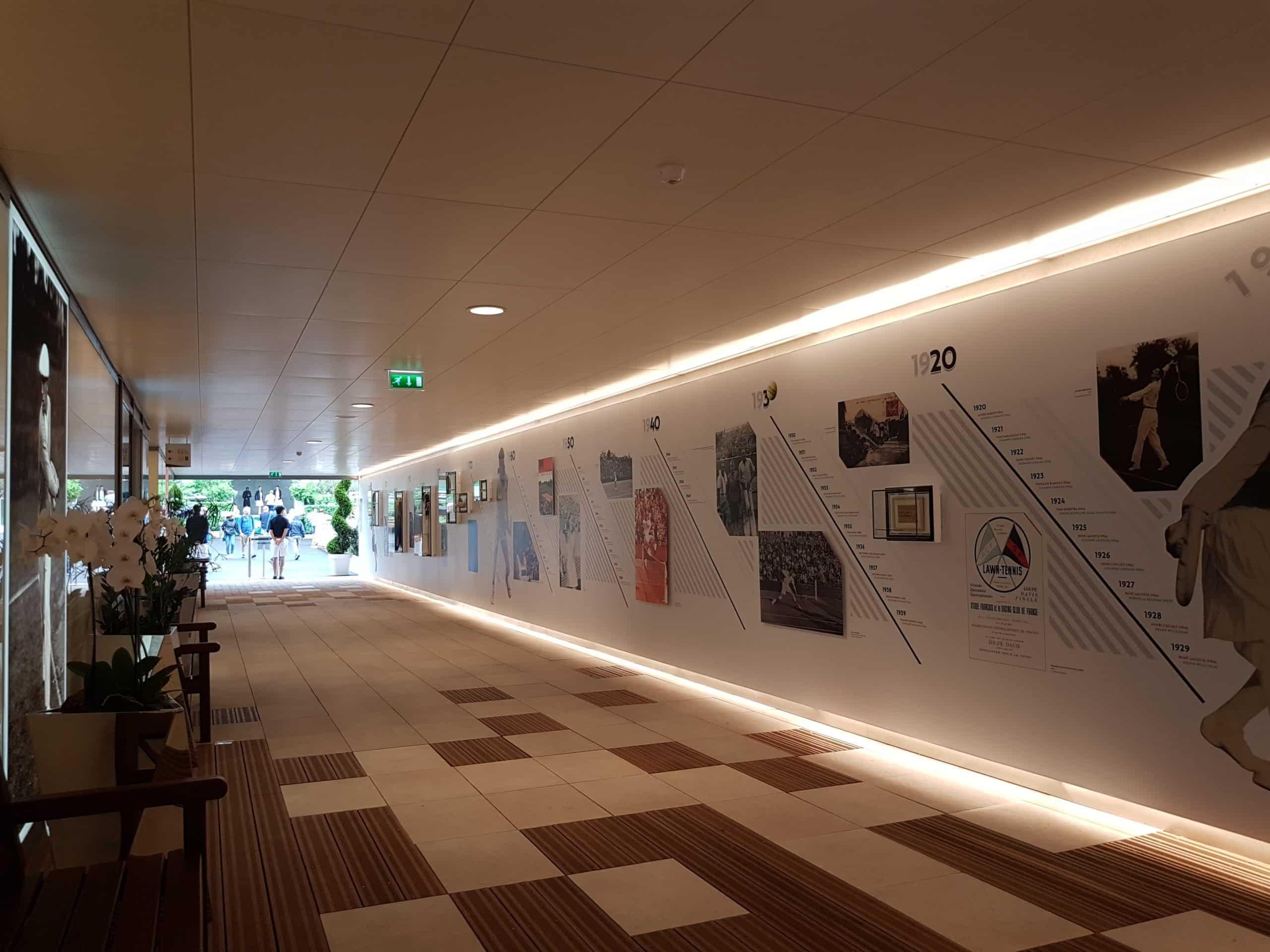 Le sol en pierre de l'entrée du couloir muséal remplacera le bitume des allées.