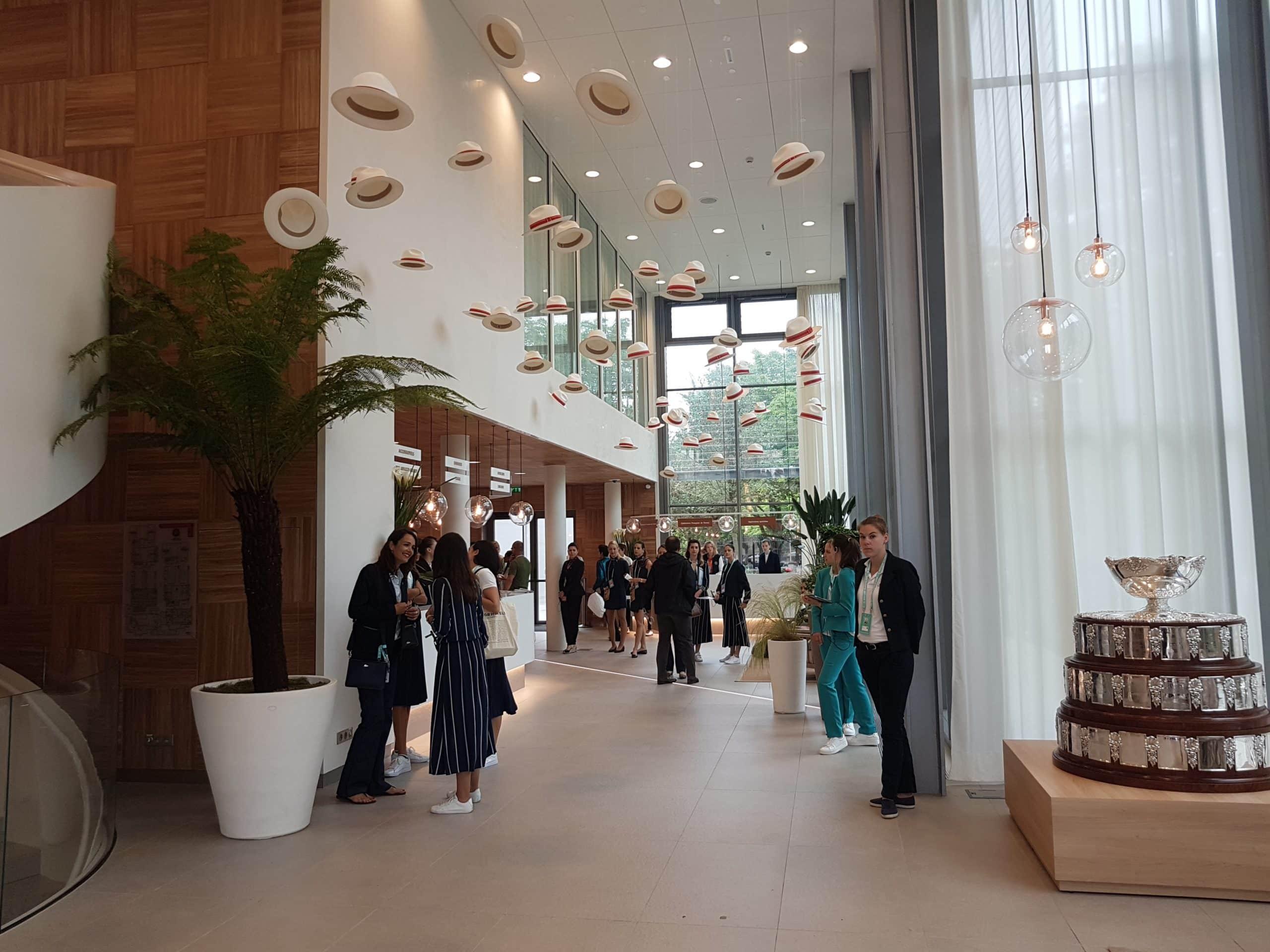 Entrée du nouveau Village de Roland-Garros, bâtiment de l'organisation imaginé par l'agence Chaix & Morel et Associés et aménagé par l'agence W.