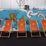Trasats en double et plus devant la fresque du street artiste Jace, en hommage à Roland Garros.