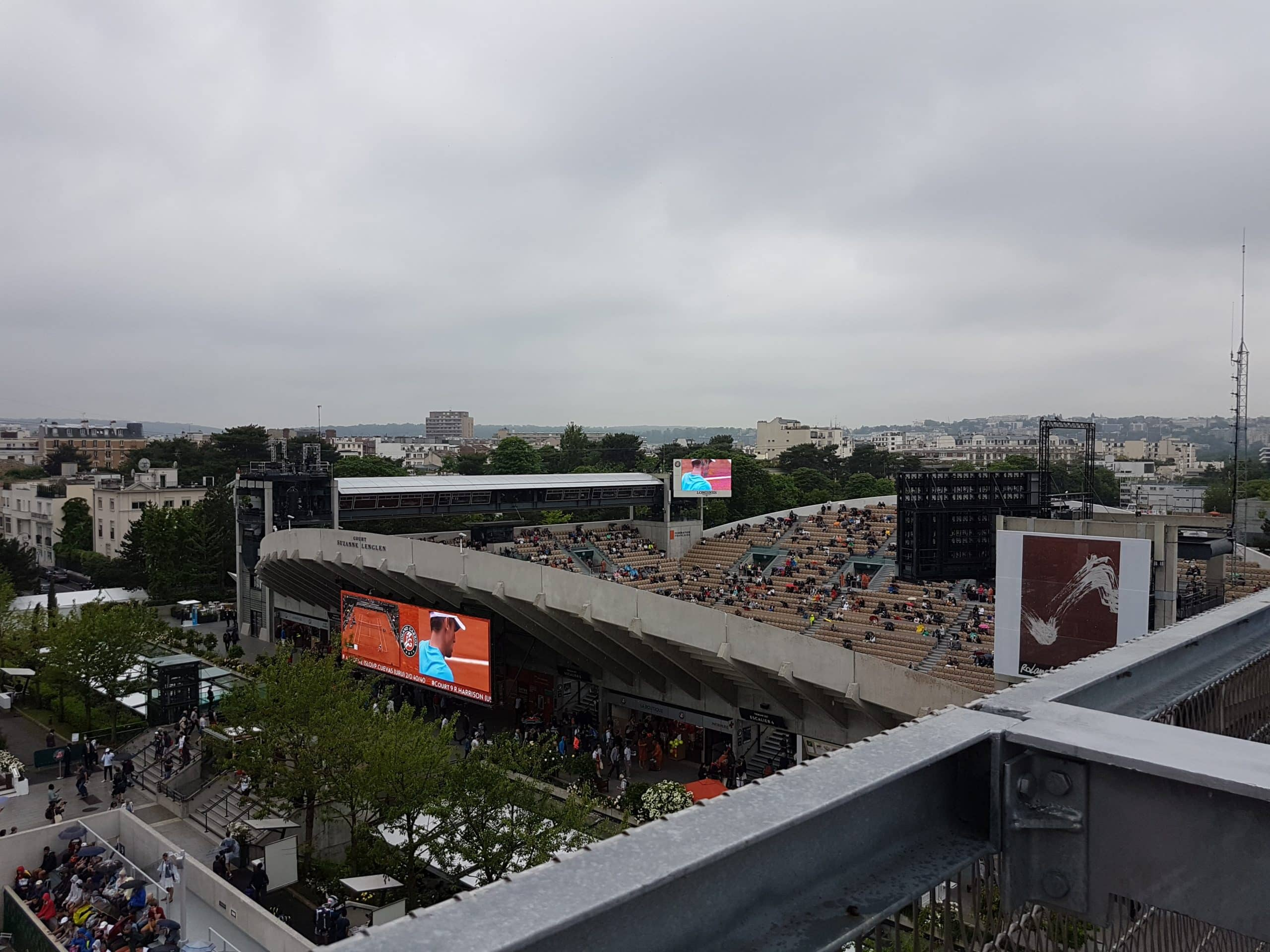 Entre le central et le court Lenglen, la plus haute terrasse du Village offre une vue imprenable sur Roland-Garros.