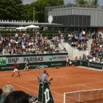 Avec 2200 places sur des bancs en bois bleu-gris sur béton, le 18 est le quatrième plus grand court de Roland-Garros. Semi-enterré, il cache les vestiaires et la zone de repos des 1 000 hôtesses et contrôleurs du tournois. ©Philippe Montigny/FFT.