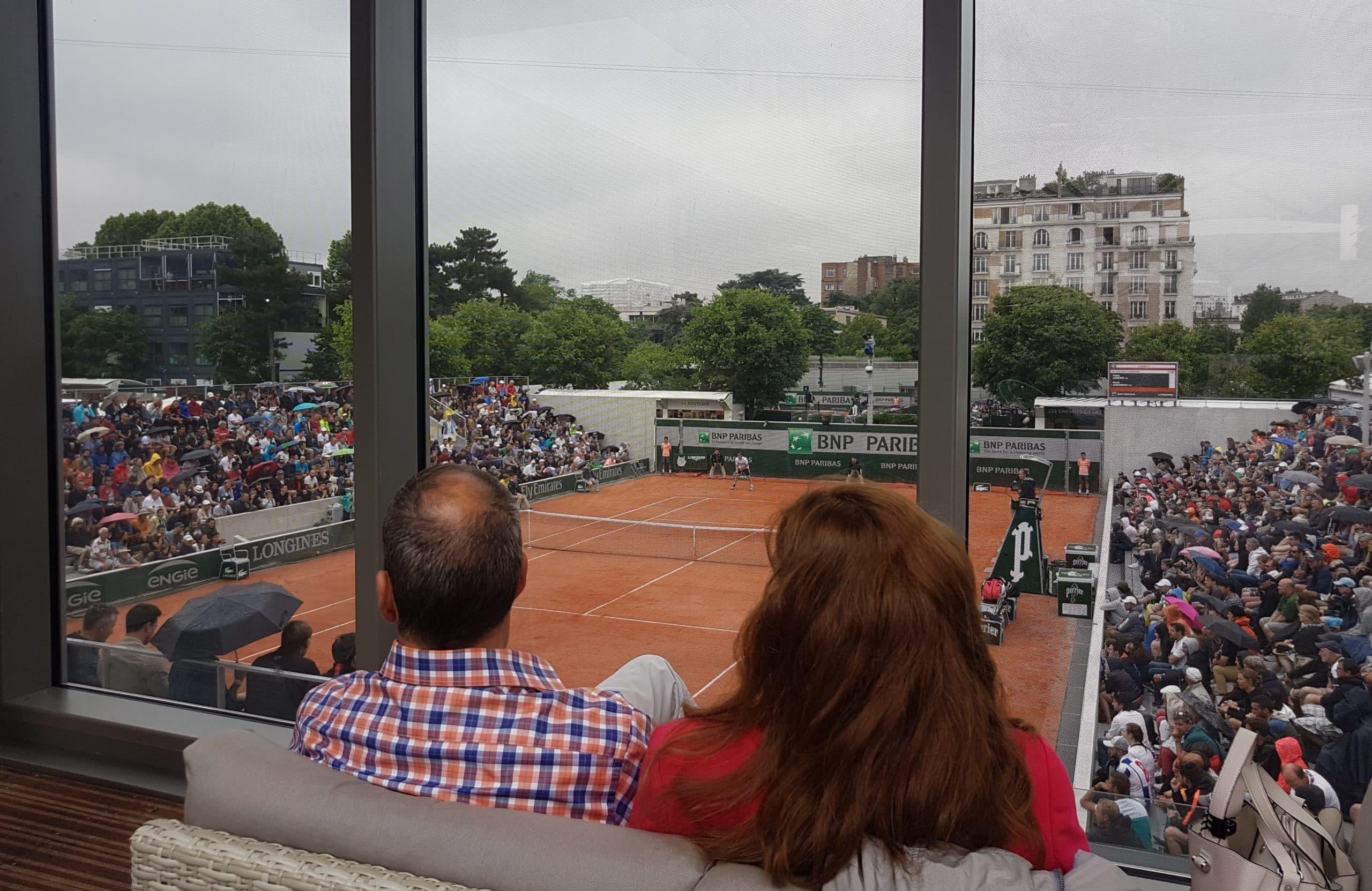 Fake TV et vrai point de vue sur le court n°7. Les terrasses du Village permettent de voir sans être vu.